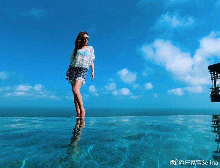 "Selina海边穿短裤秀出美腿 并自称自己是""出水浮龙"""