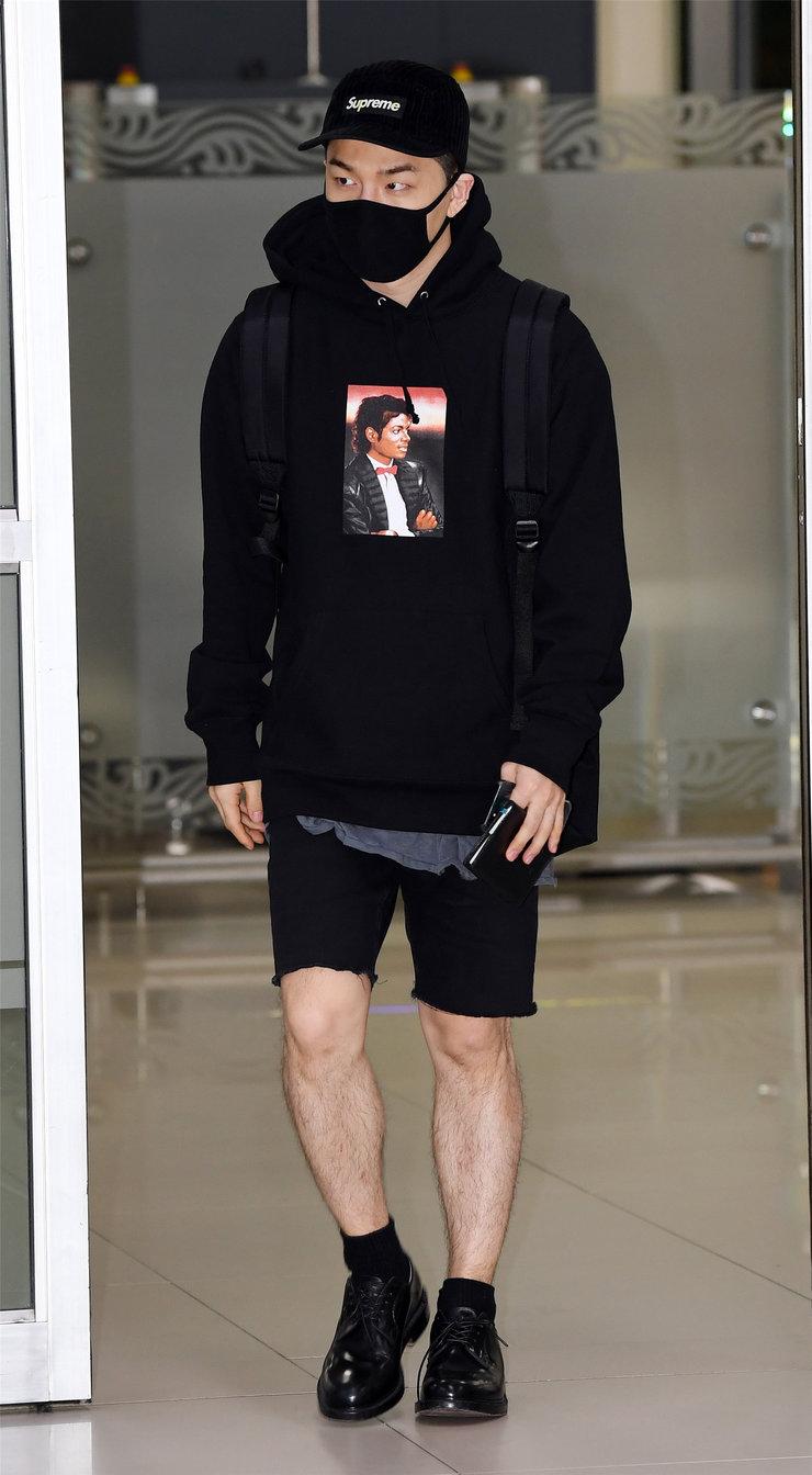 BIGBANG全黑LOOK现身机场 酷帅十足
