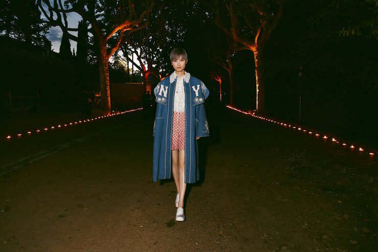 李宇春文化遗址看秀 穿披肩大衣融合街头潮流