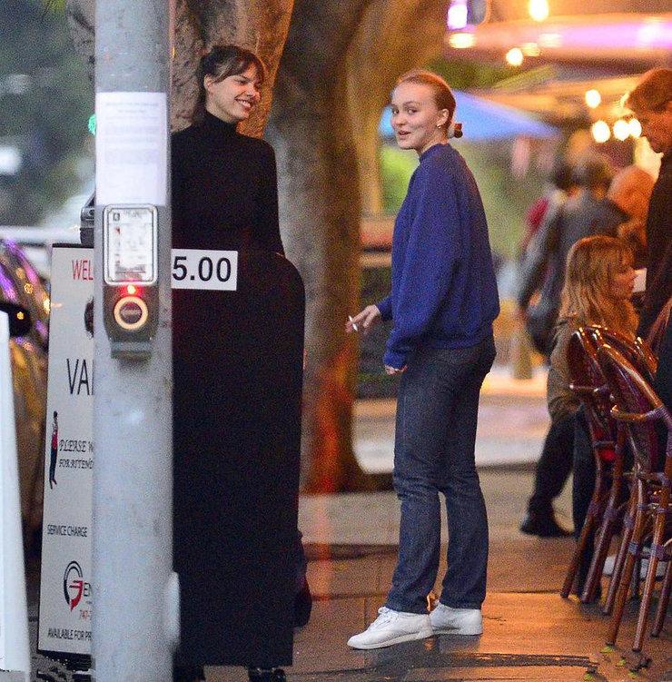 德普19岁女儿深夜约会 穿着低调与友人抽烟热聊