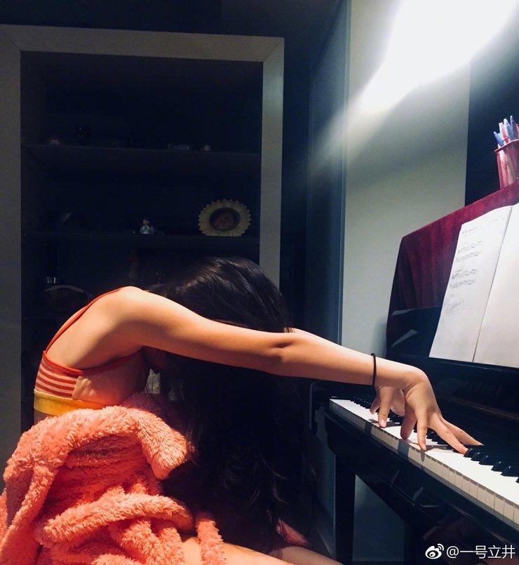 """李亚鹏秀女儿李嫣弹钢琴照 笑称""""贝多嫣"""""""
