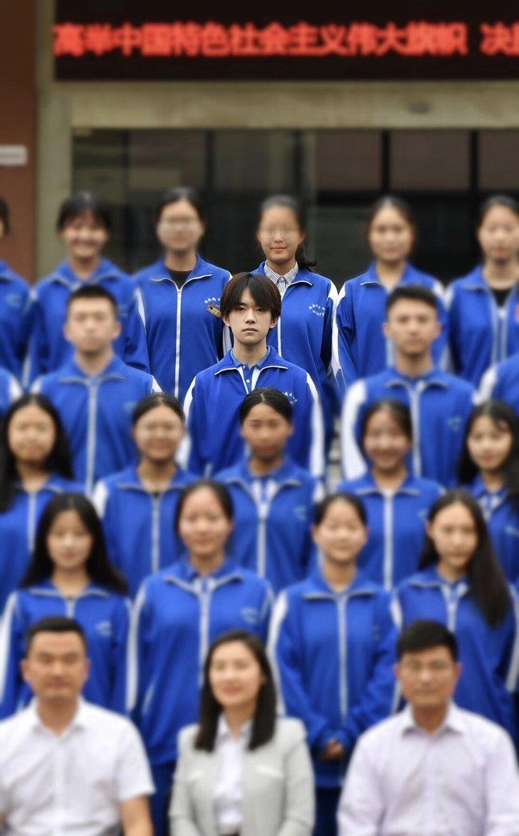 易烊千玺高中毕业照曝光 略长的头发中分