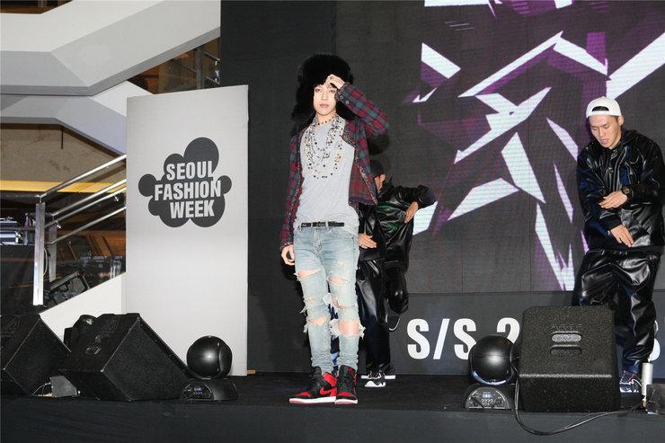 权志龙演唱会造型电力十足 粉丝疯狂打call