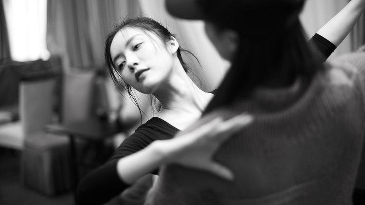 蔡文静黑白写真曝光 为角色辛勤练舞展好身材