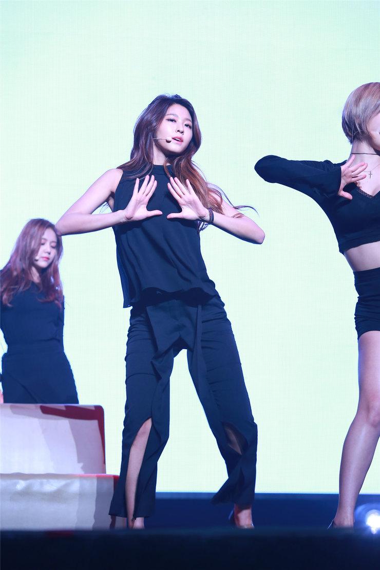 AOA演唱会HIGH唱首尔 完美表演让粉丝热狂