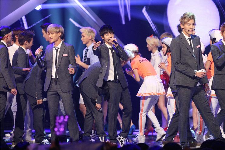EXO献唱颁奖礼 帅气爆表引尖叫