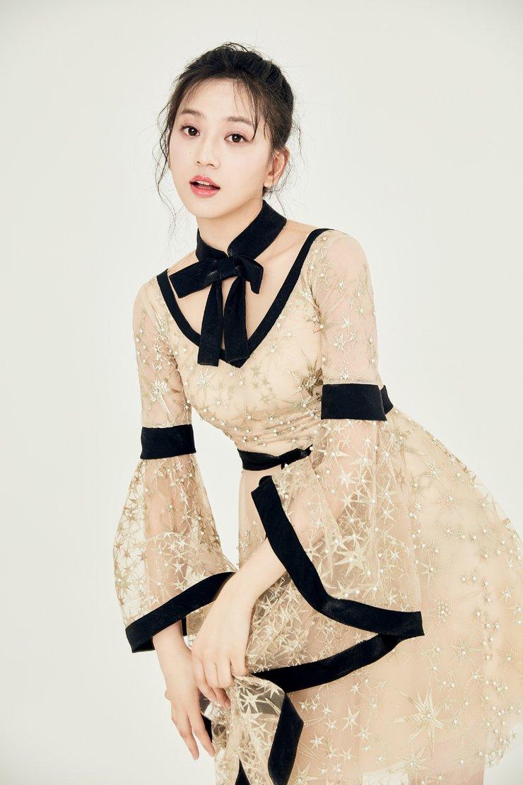 唐本曝光写真大片 穿蕾丝裙演绎灵动少女