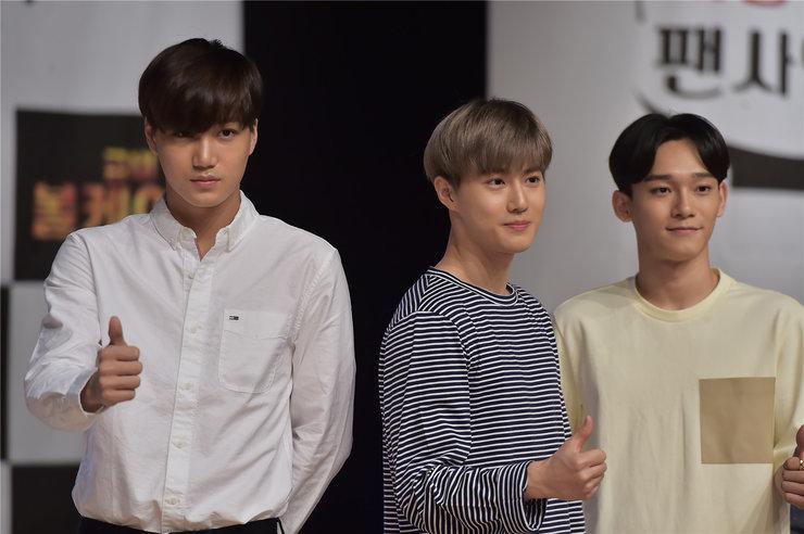 EXO惊喜现身综艺 现场发福利引粉丝尖叫
