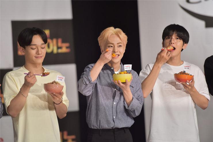 EXO亮相美食节目 现场互动调皮可爱