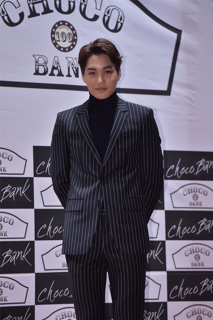 EXO亮相品牌活动 身穿西装化身帅气男友
