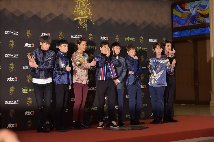 EXO帅气亮相音乐盛典 获赞星途无限