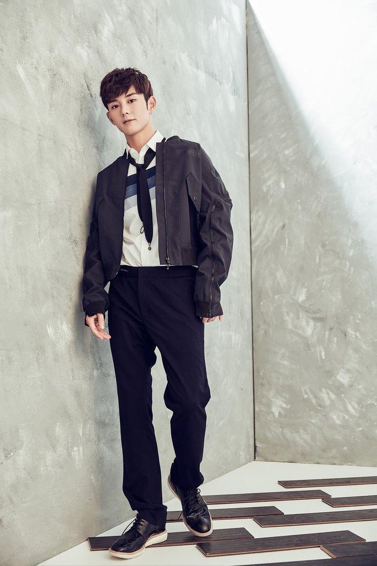 蓝博黑色夹克写真曝光 整体造型时尚帅气