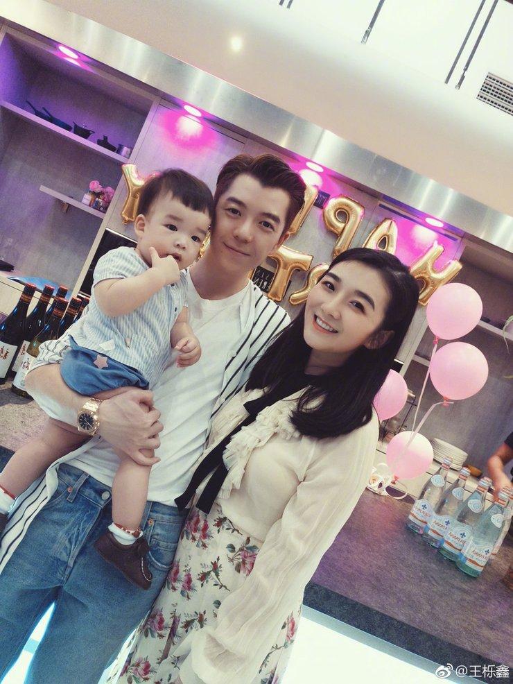 王栎鑫为老婆庆生 两人甜蜜亲吻超幸福