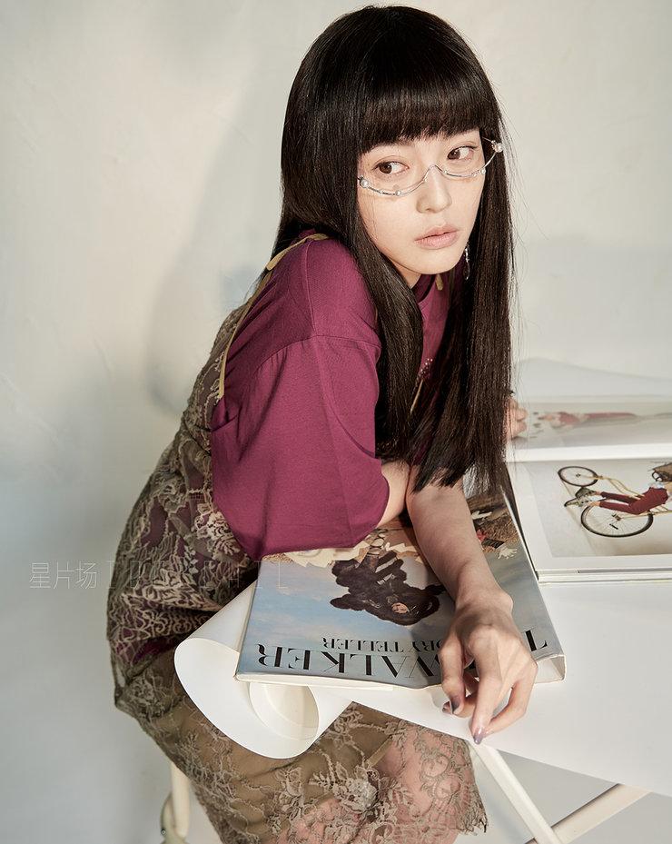 王妍之曝复古文艺写真 穿蕾丝裙优雅美丽