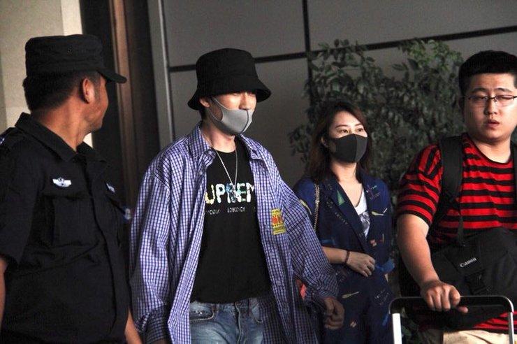 朱一龙口罩掩面低调现身机场 带项链装饰潮范十足