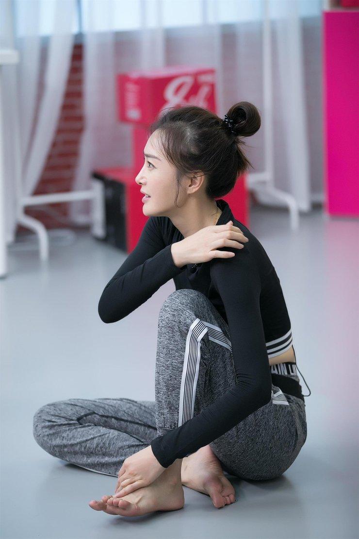 秦岚穿露脐运动装显蛮腰 专注练舞侧颜清秀