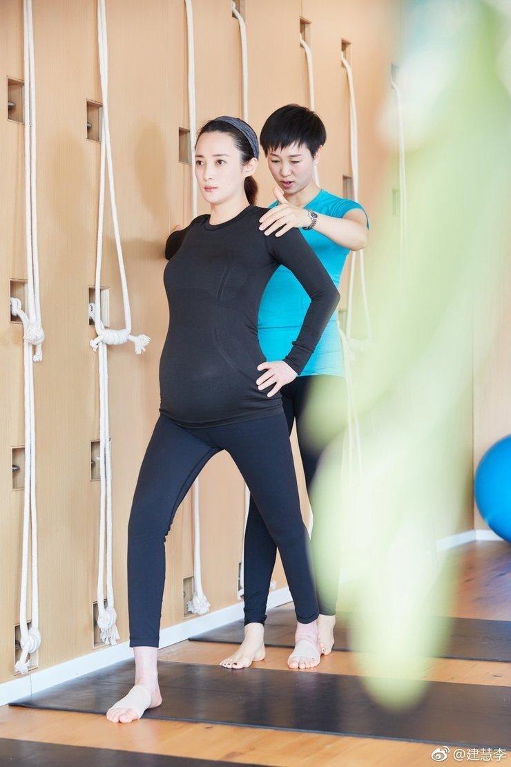 蒋勤勤晒孕期瑜伽照 满面笑容心情十分好