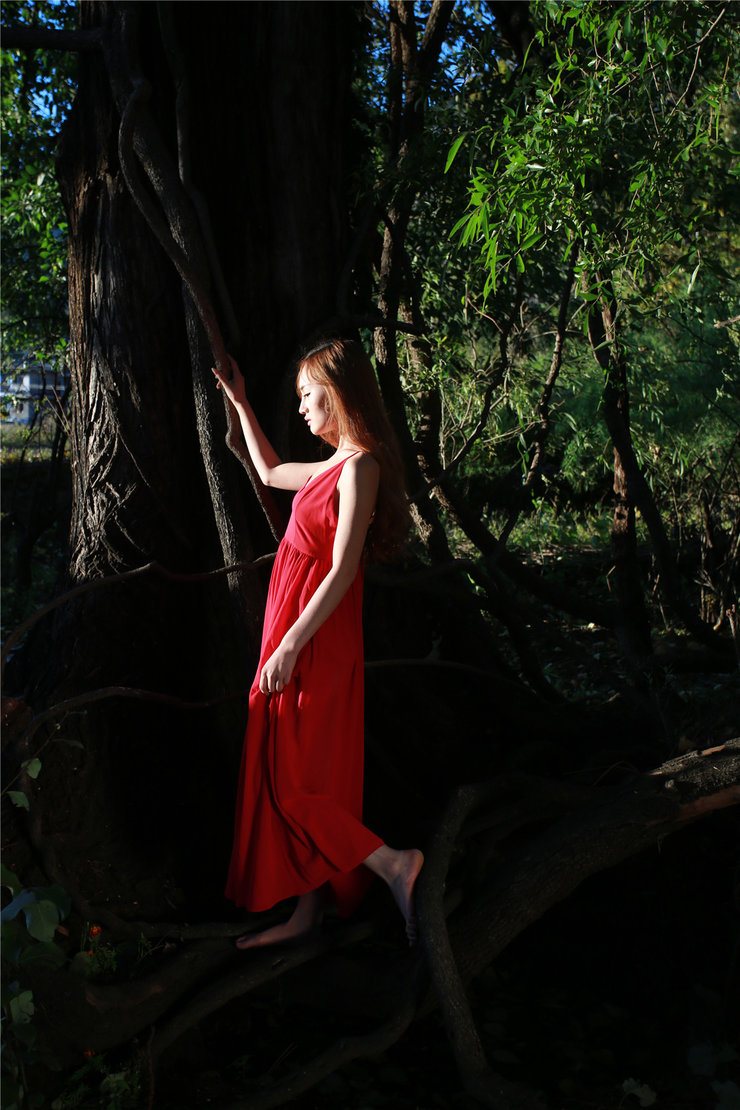 音乐系校花户外写真 一袭飘逸长裙尽显自然本色