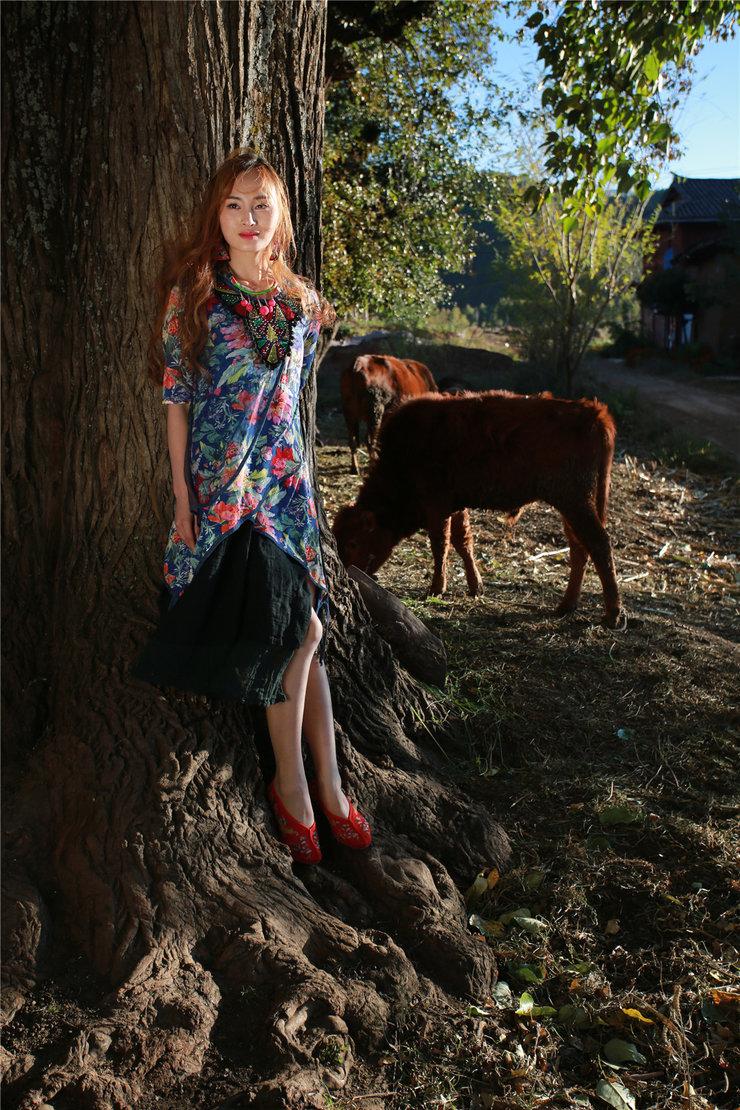 长发美女身着田园服饰拍摄写真 玩转民族风