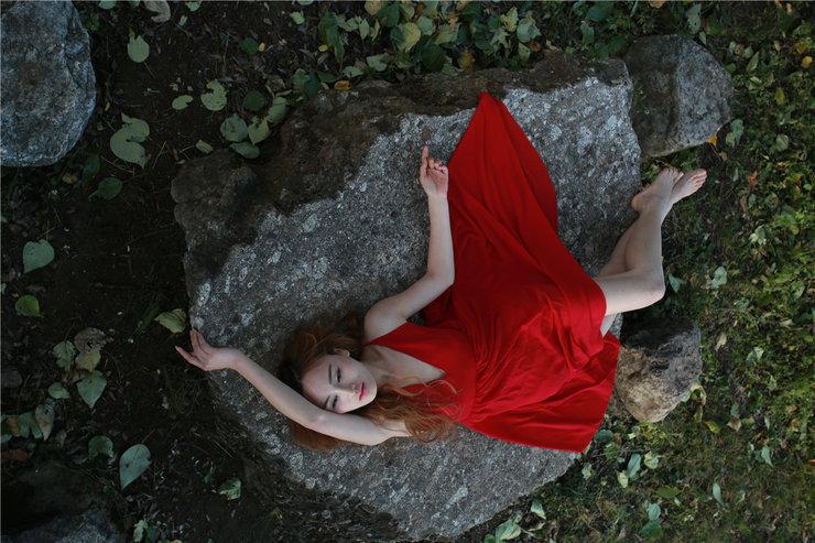 长裙美女森系写真 气质像原始森林般自然纯净