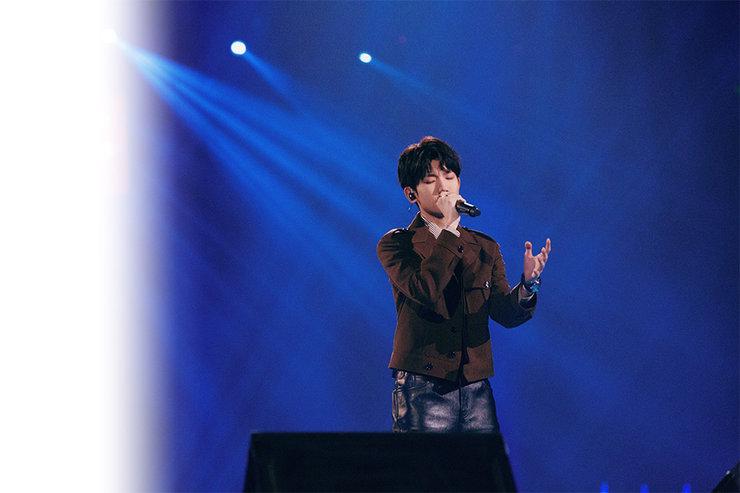 王源新年跨屏忙 新歌《我不知道》首唱�@好�u